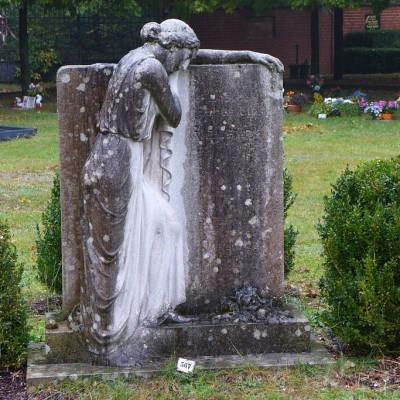 Trauernde auf dem Friedhof Brück