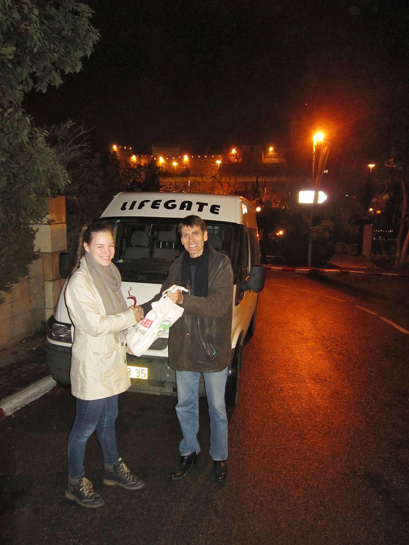 Geldübergabe - 622 Euro Erlös vom Brücker Weihnachtsmarkt an Lifegate