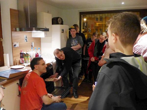 Pfarrer Kautz und Gestrich schieben die Pizza ein - Eröffnung der Jugendräume des CVJM Region Bad Belzig