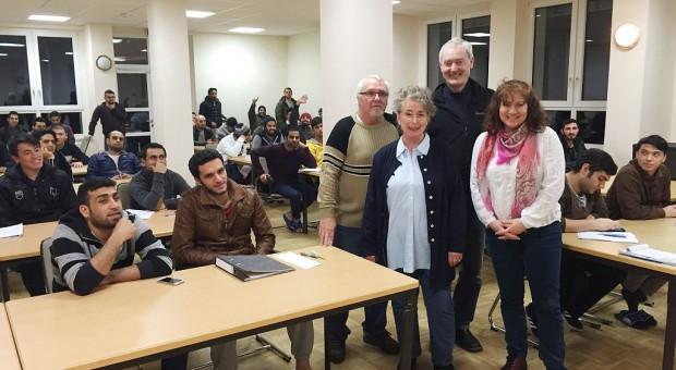 Sprachlehrer mit Schülern - Deutschkurse in Brück