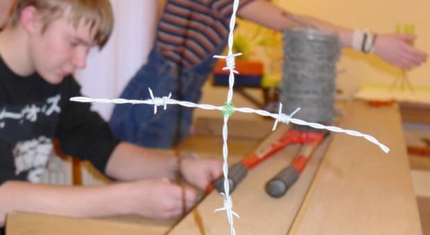 Kreuze aus Stacheldraht - Gottesdienst mit Gebet für die verfolgten Christen