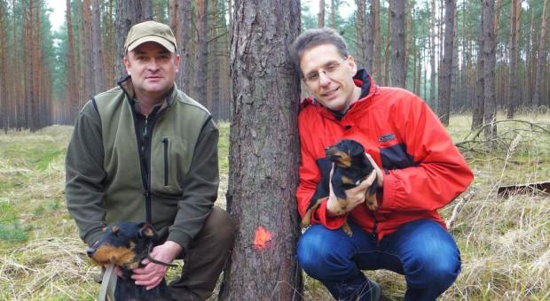 Geheimnis im Kirchenwald - Hündin und Welpen mit Prüfungswart und Pfarrer Kautz