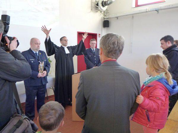 Segen für Feuerwehrleute und Feuerwehrhaus wird ausgesprochen