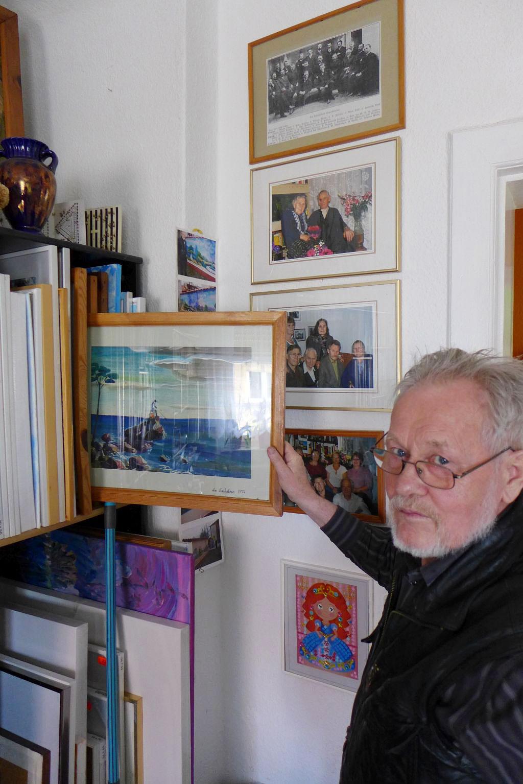 Herr Penner mit den Bildern seiner Ahnen