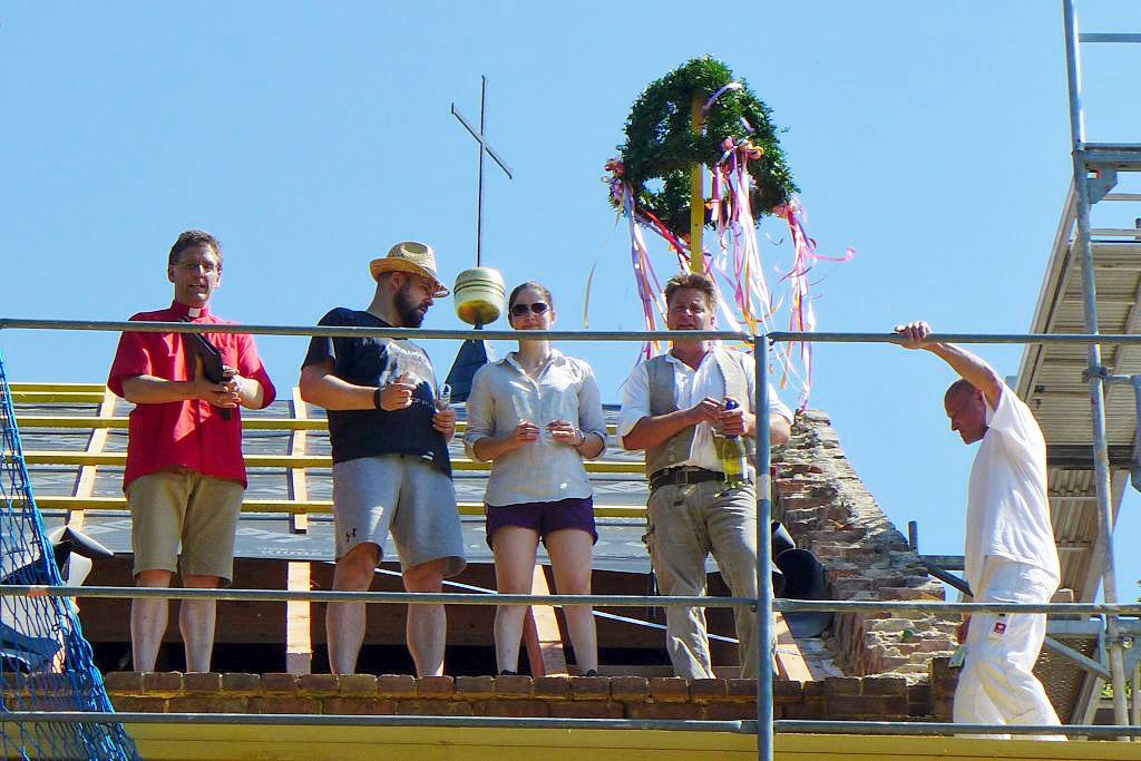 Neue Besitzer der Alten Schule in Brück feierten Richtfest