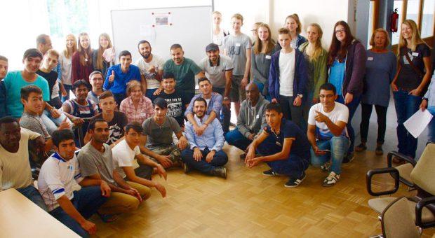 Hilferuf erhört - Gymnasiasten feiern mit Asylbewerbern Spendenübergabe