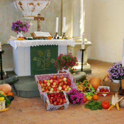 Erntedankfest - Erntedankgaben am Altar