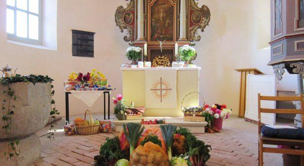 Erntedankgaben in der Kirche Rottstock