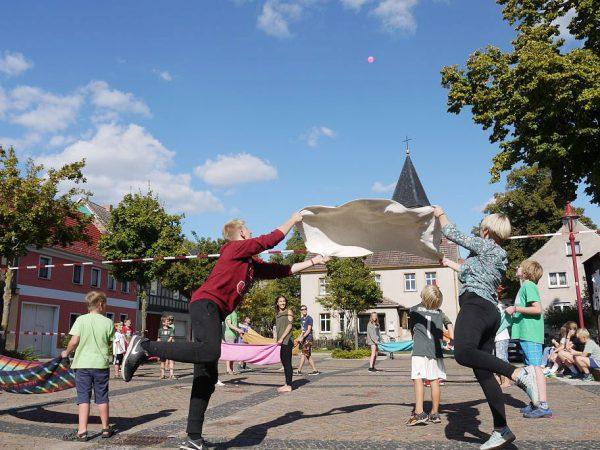 Wasserbombenball auf dem Martkplatz - Kinder- und Jugendwoche 2016