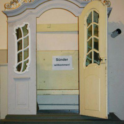 """""""Sünder willkommen!"""" im evangelischen Beichtstuhl der Lambertuskirche zu Brück"""