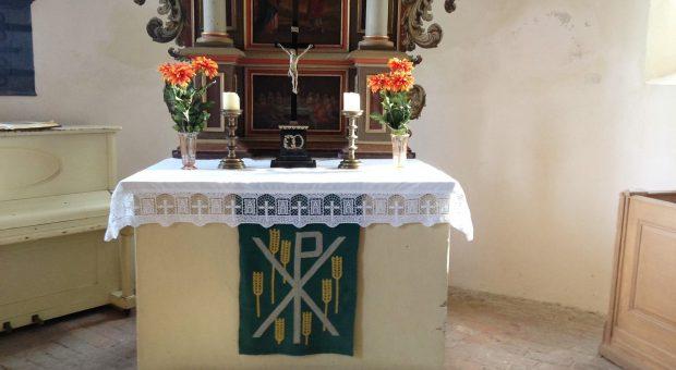 Neue Altardecke in der Kirche Brück Rottstock
