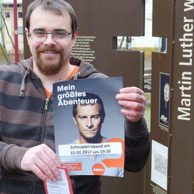 Michael Wendling mit Werbung für den Alpa-Kurs vor der Lambertuskirche Brück