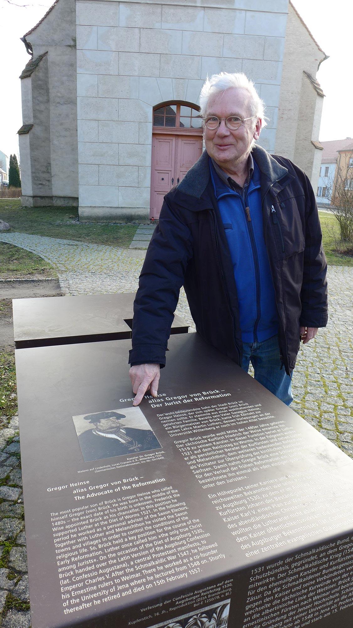Günther Franz an der Gedenktafel von Gregor von Brück