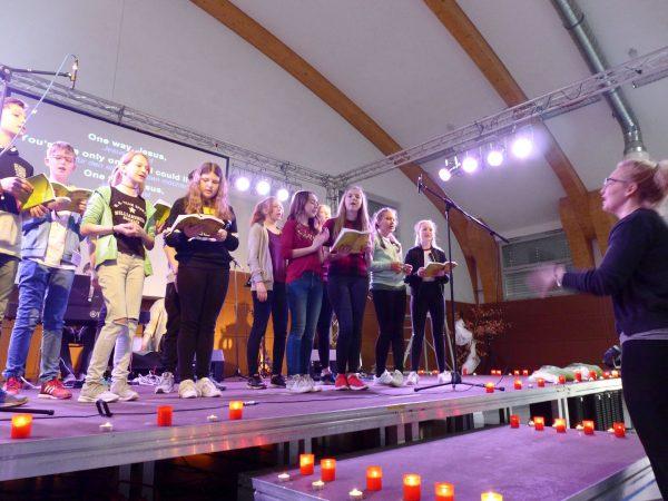 Der Campchor singt beim Abschlussgottesdienst - Konfirmanden Camp in Mötzow 2017