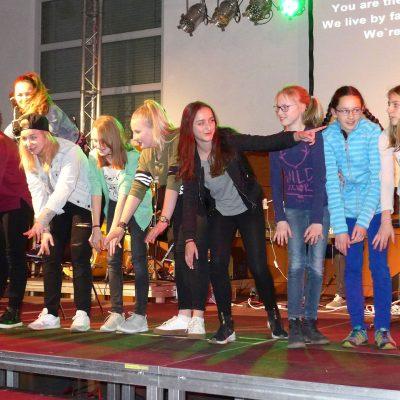 Immer wieder tanzen und singen auf der Bühne beim Konficamp - Konfirmanden Camp in Mötzow 2017