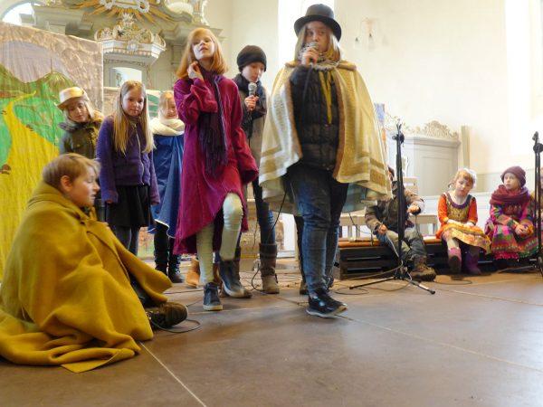 Musicalpremiere Bartimäus: Menschen ziehen am blinden Bartimäus vorbei
