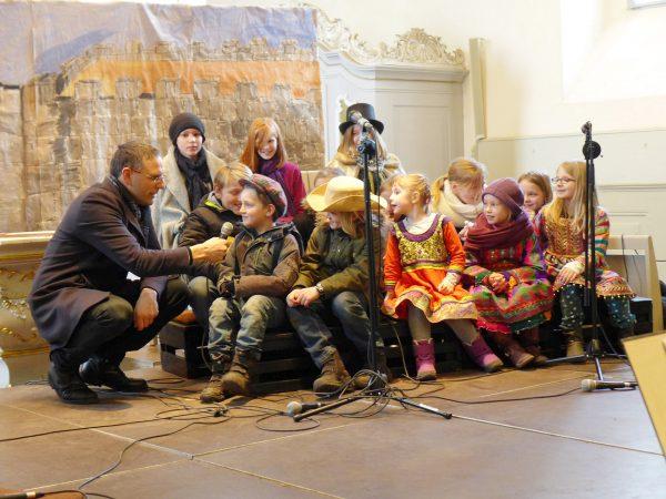 Musicalpremiere Bartimäus: die Chorkinder beim Interview