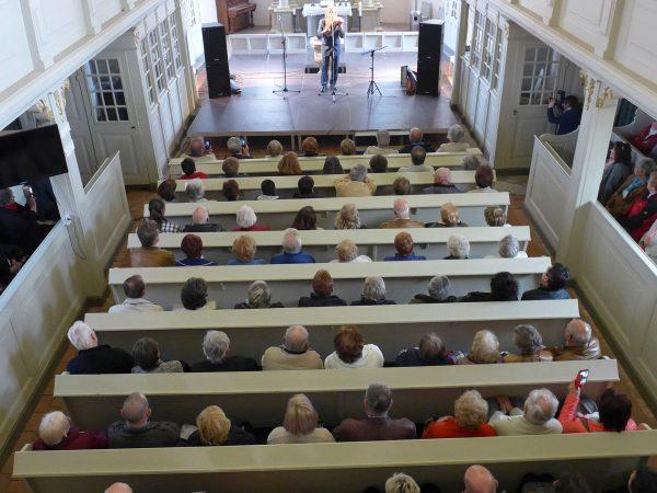 Edward Simoni mit andächtigen Zuhörern
