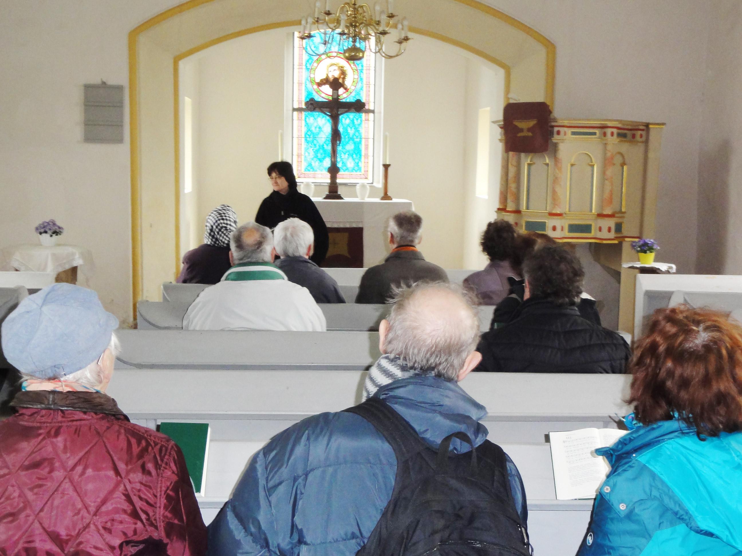Passionswanderer-mit-Sylke-Thermer-in-der-Kirche-Goemnigk