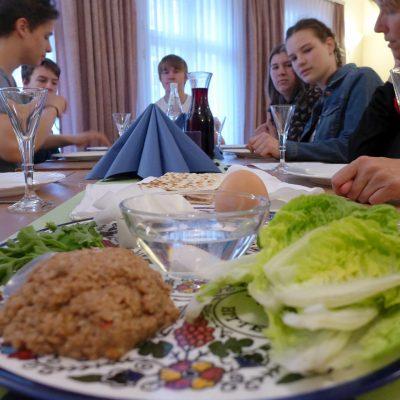Sederfeier-am-Gruendonnerstag-der-Sederteller-isst-bereit