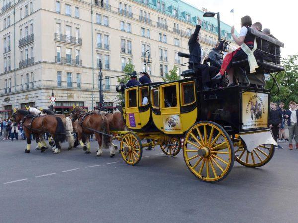 Pferdeglockenprozession vor dem Adlon - Kirchentag 2017 in Berlin