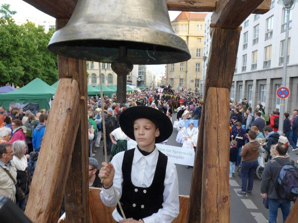Albert Kautz in Aktion - Pferdeglockenprozession beim Kirchentag 2017 in Berlin