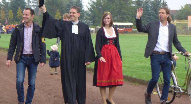 Amtsdirektor Pfarrer Erntekönigin und Bürgermeister gehen voran