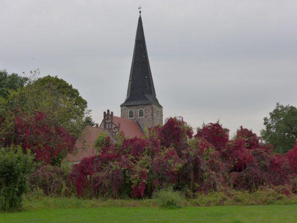 Kirche Rottstock im Herbst