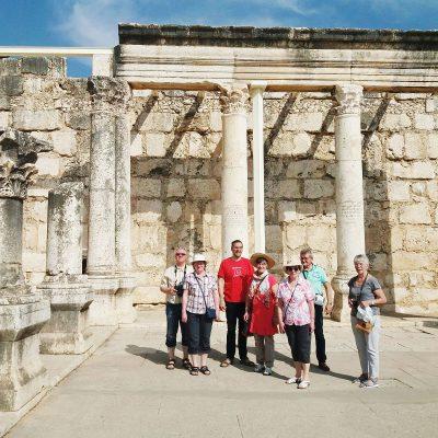 Reise nach Israel 2017: Gruppe in der historischen Synagoge von Kapernaum