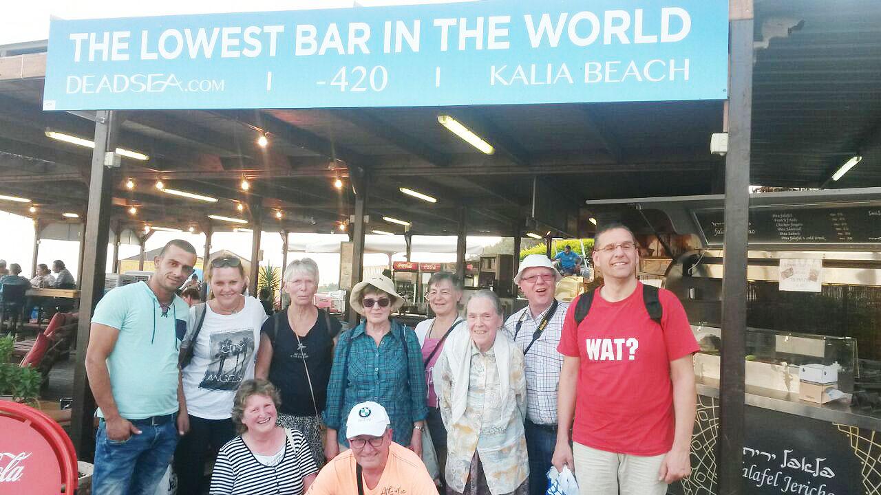 Reise nach Israel 2017: Bar am Toten Meer mit Gruppe