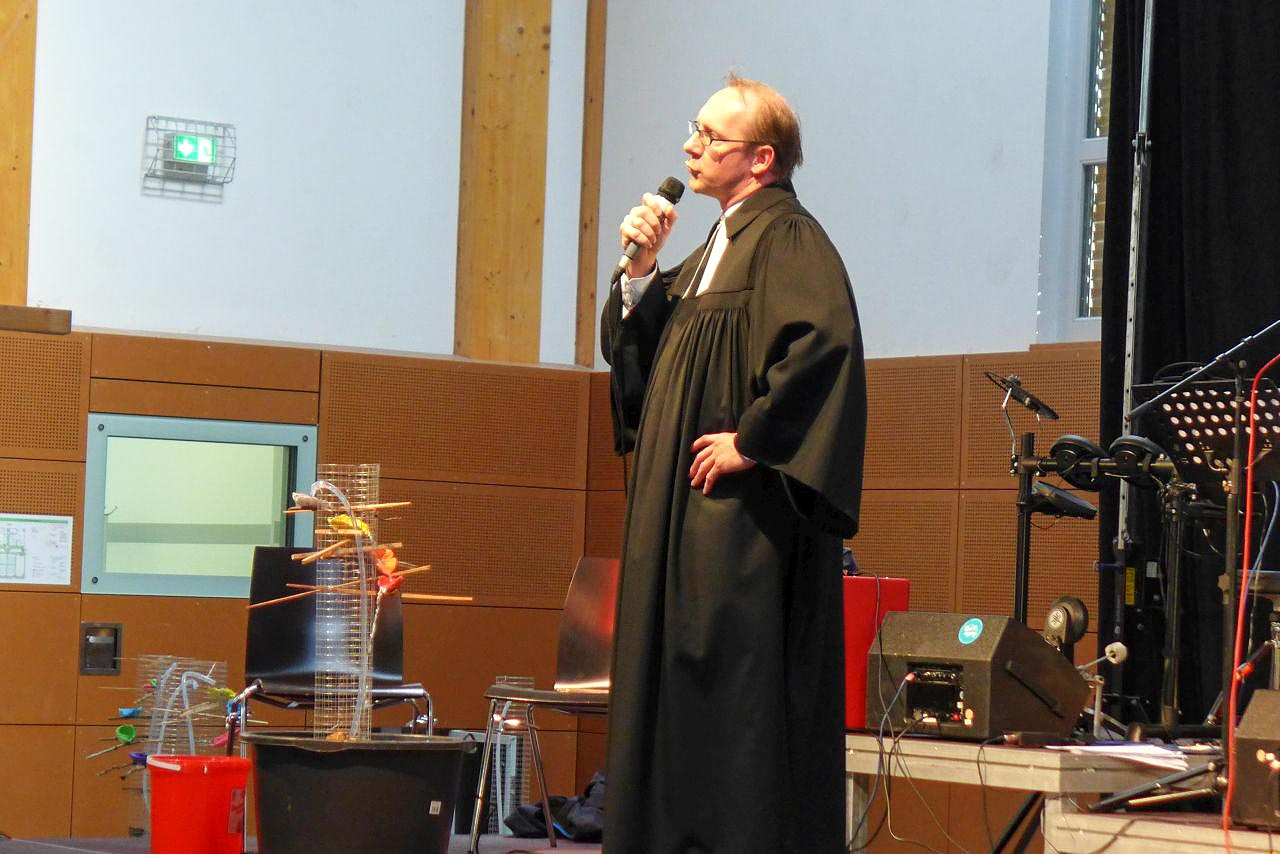 Pfarrer Geißler predigt über Brunnen - Konfirmanden-Camp Mözow 2018