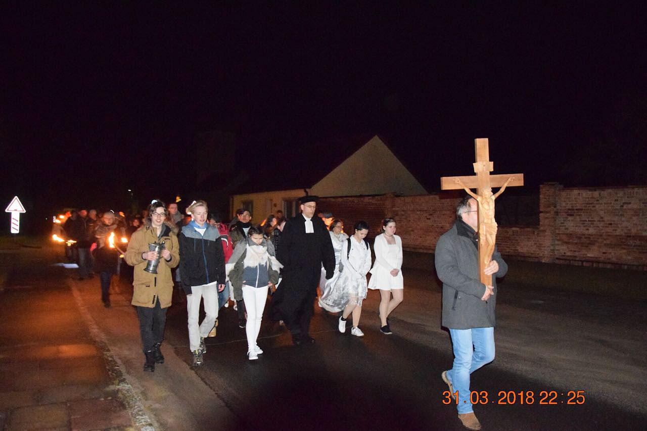 Ostrnacht 2018 - Mit Kreuz und Taufwasser geht es voran in der Osternacht