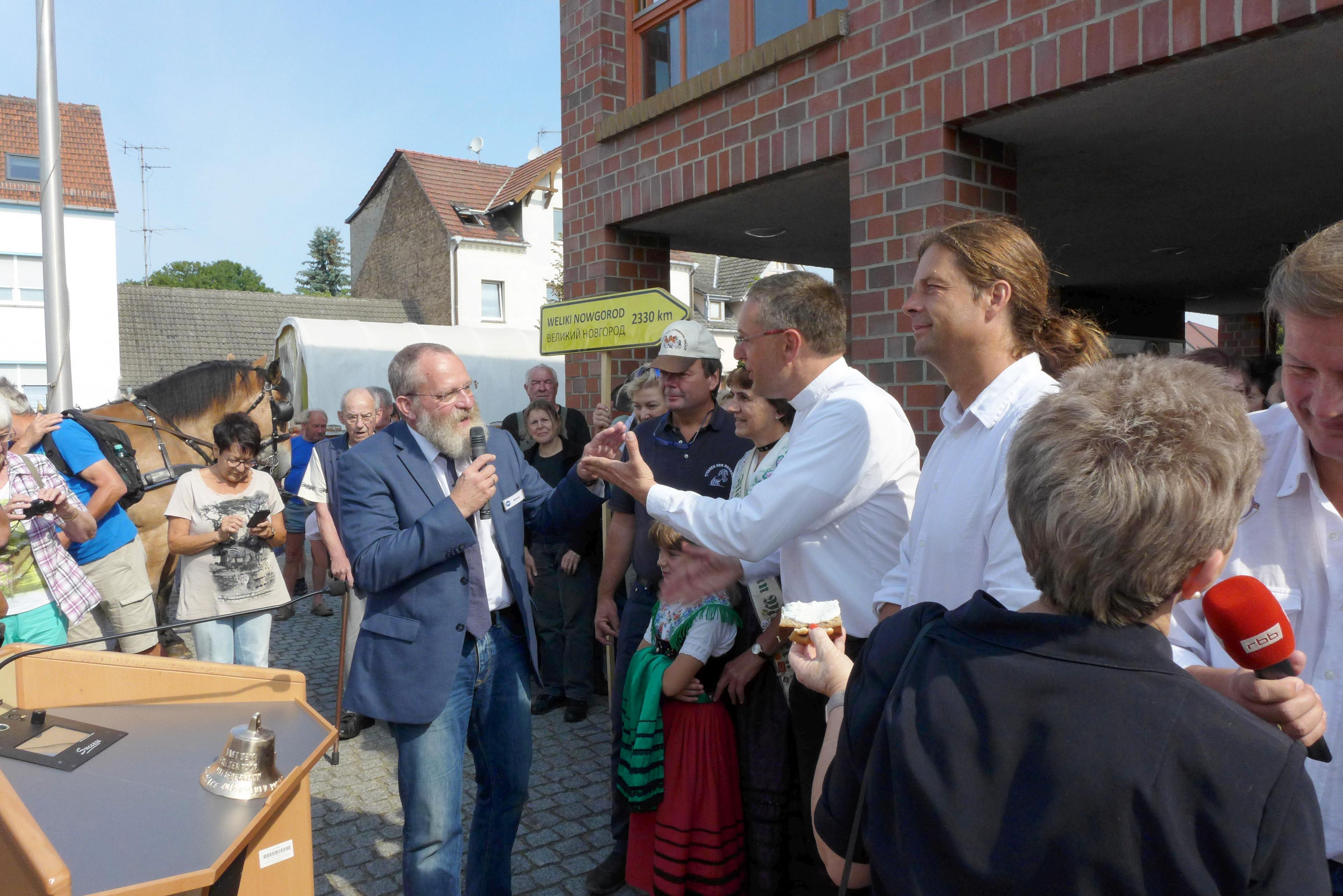 Titanen on tour - Landrat-Blasig-mit-Friedensglocke-wuenscht-eine-Gute-Reise