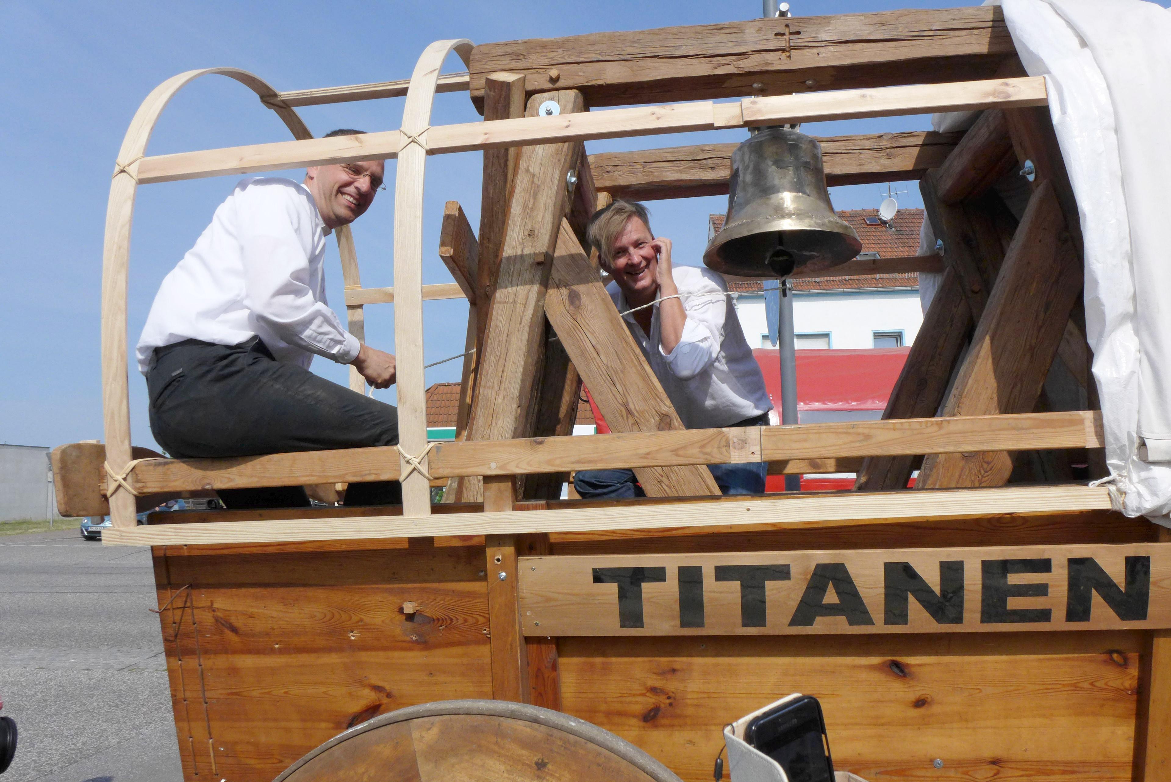 Titanen on tour - Pfarrer-Kautz-und-Attila-Weidemann-mit-Friedensglocke