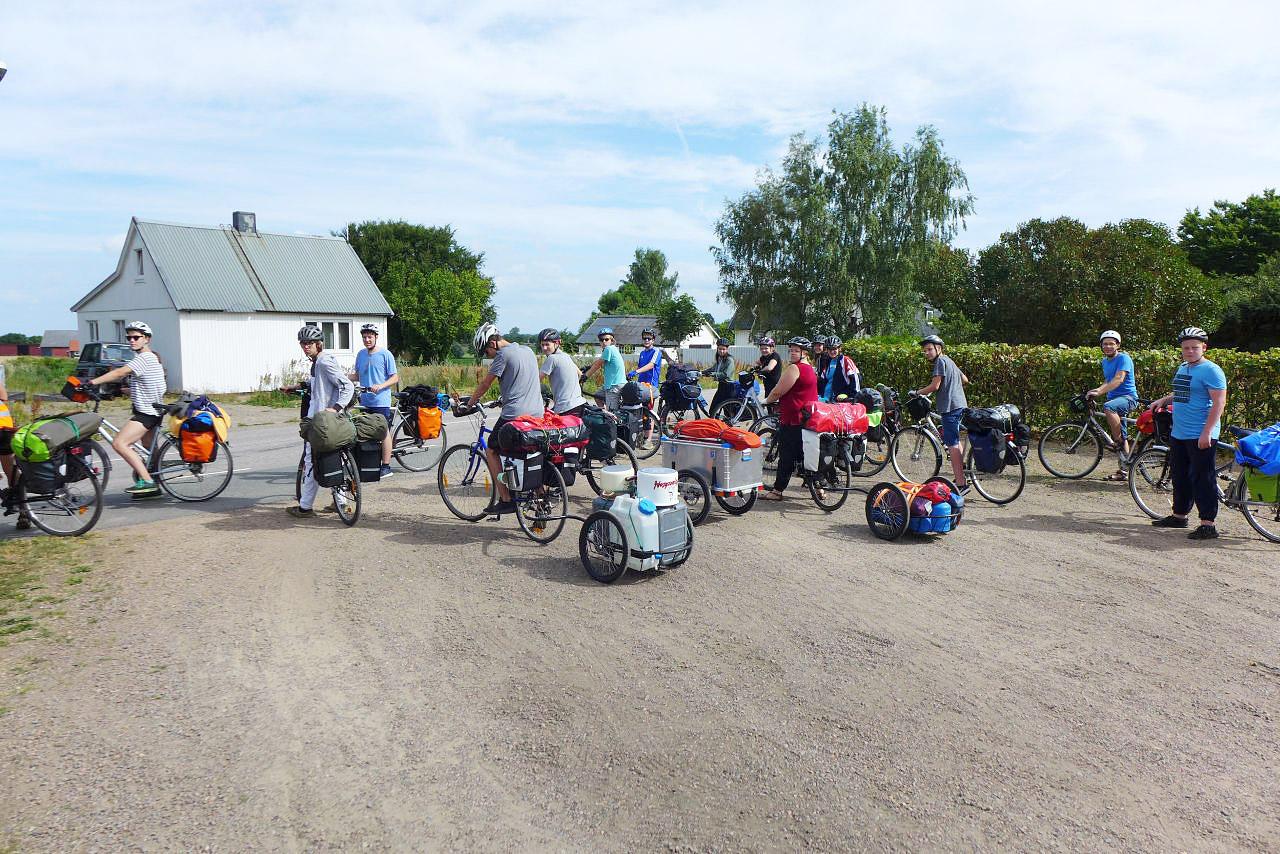 Schweden-Fahrradfahrt 2018 - kurz vor der Abfahrt mit drei Hängern