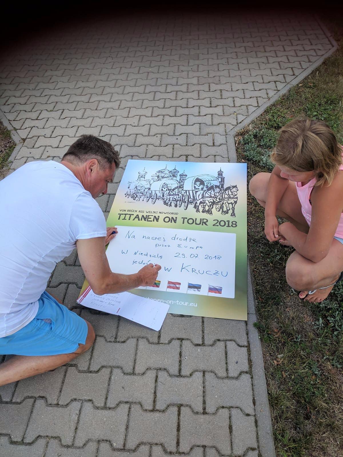 Anselm Franz mit Tochter beim Plakate malen auf der Tour unterwegs - Titanen on tour in Kaliningrad