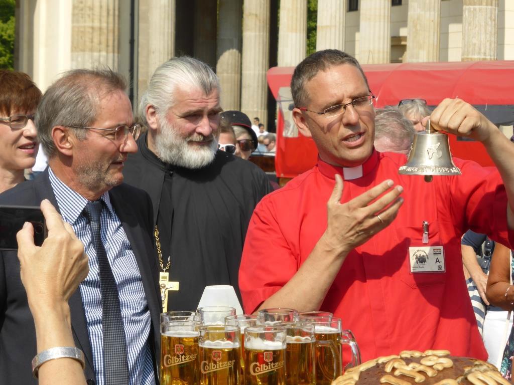Pfarrer Kautz zeigt Matthias Platzeck die Friedensglocke - Titanen on tour 2018