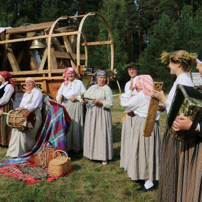 Einheimische empfangen uns - Titanen on tour in Estland