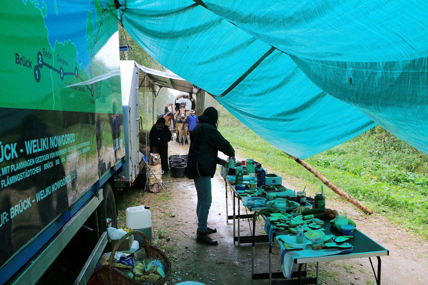 Mittag am ersten Regentag des Trecks - Am Peipussee in Estland - Titanen on tour