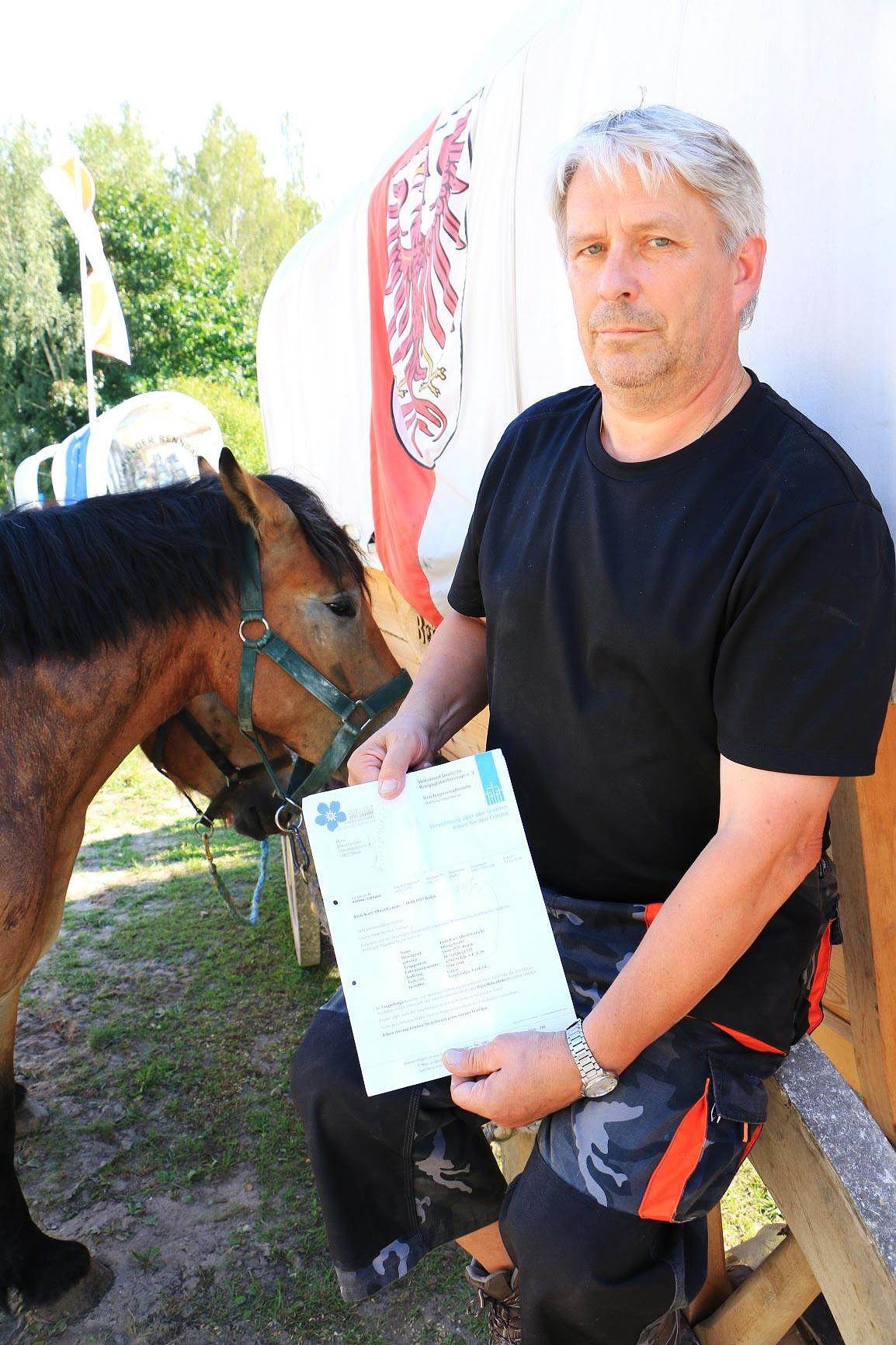 Klaus Gericke mit Schreiben von der Kriegsgräberfürsorge - Titanen on tour