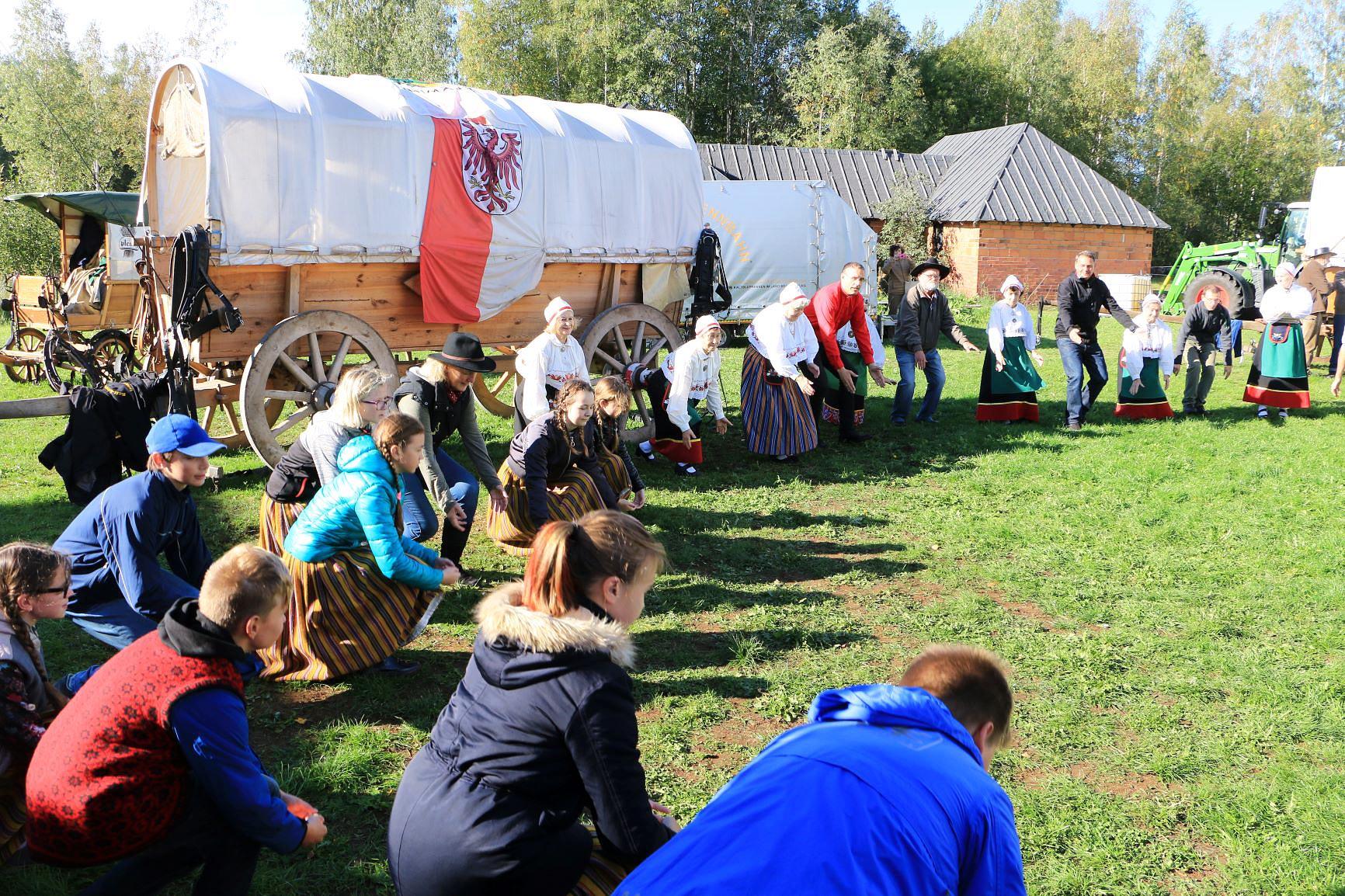 Gemeinsamer Tanz mit den Esten - Titanen on tour in Estland