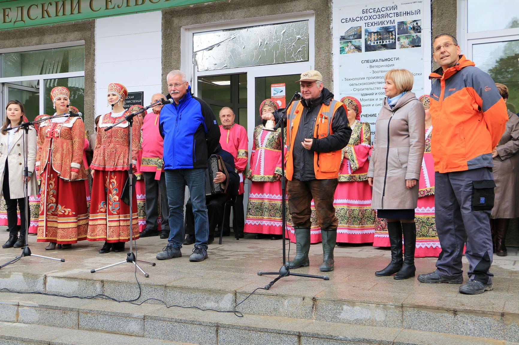 Glockenübergabe - Titanen on tour in Russland