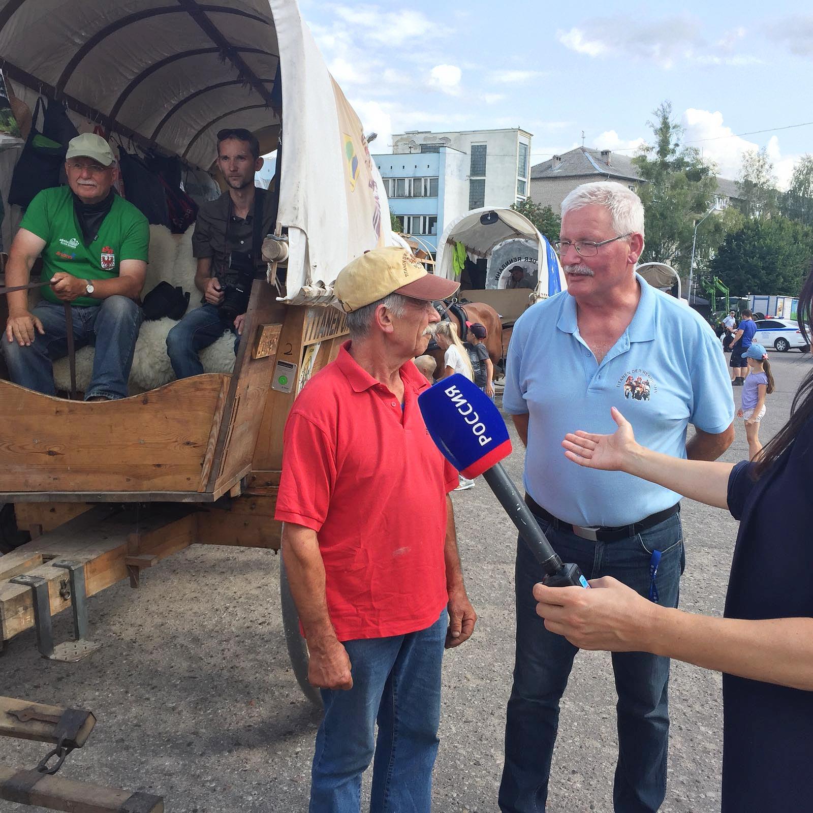 Manfred Haseloff gibt dem russischen Fernsehen ein Interview gedolmetscht von Gerhard Thiele - Titanen on tour in Kaliningrad