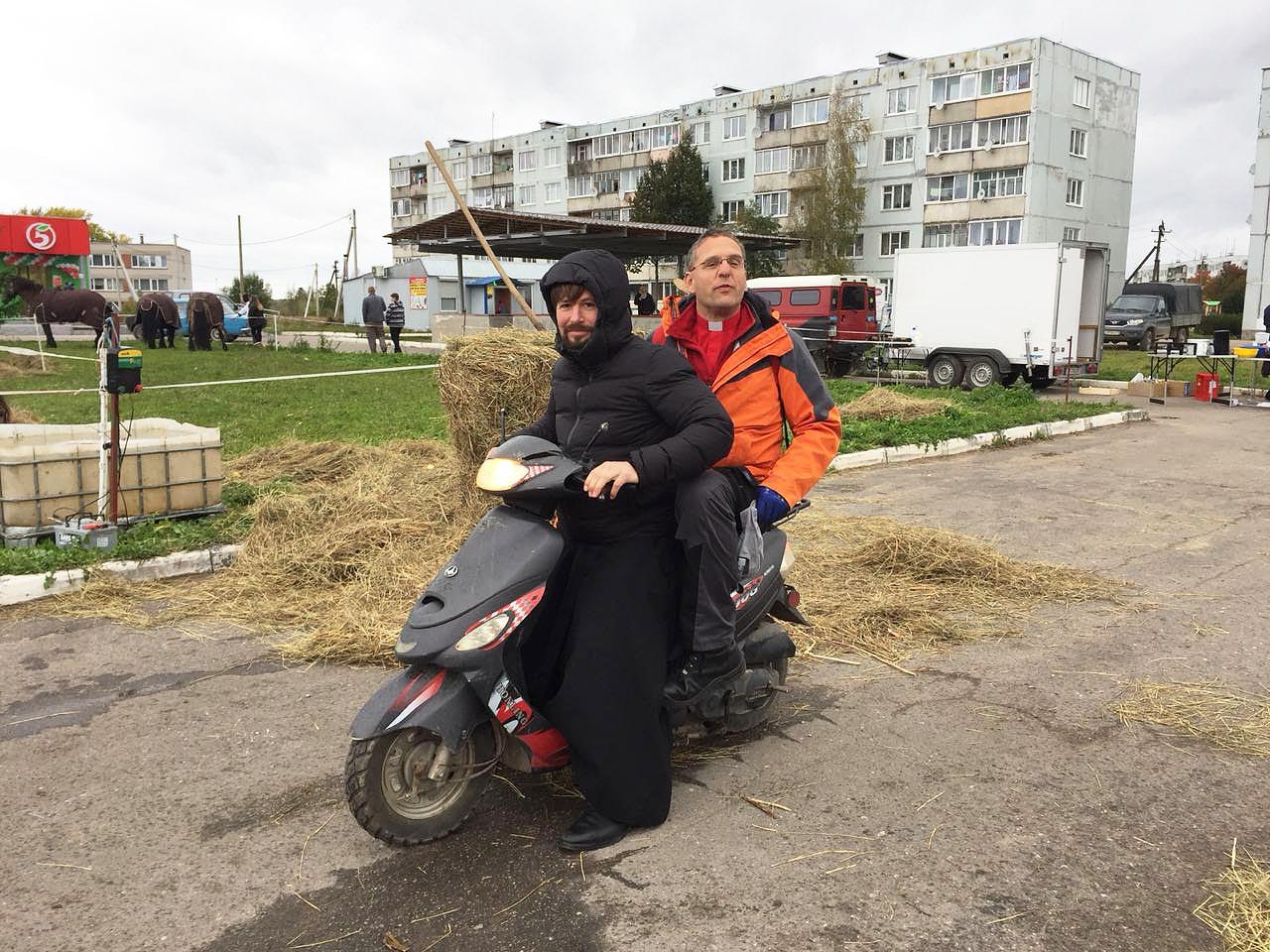 Pope Pawel Grinko mit Pfarrer Helmut Kautz auf dem Moped - Titanen on tour in Russland
