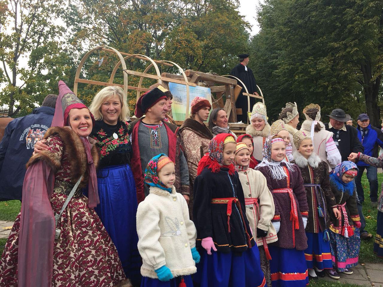 Fototermin am Glockenwagen - Titanen on tour in Weliki Nowgorod