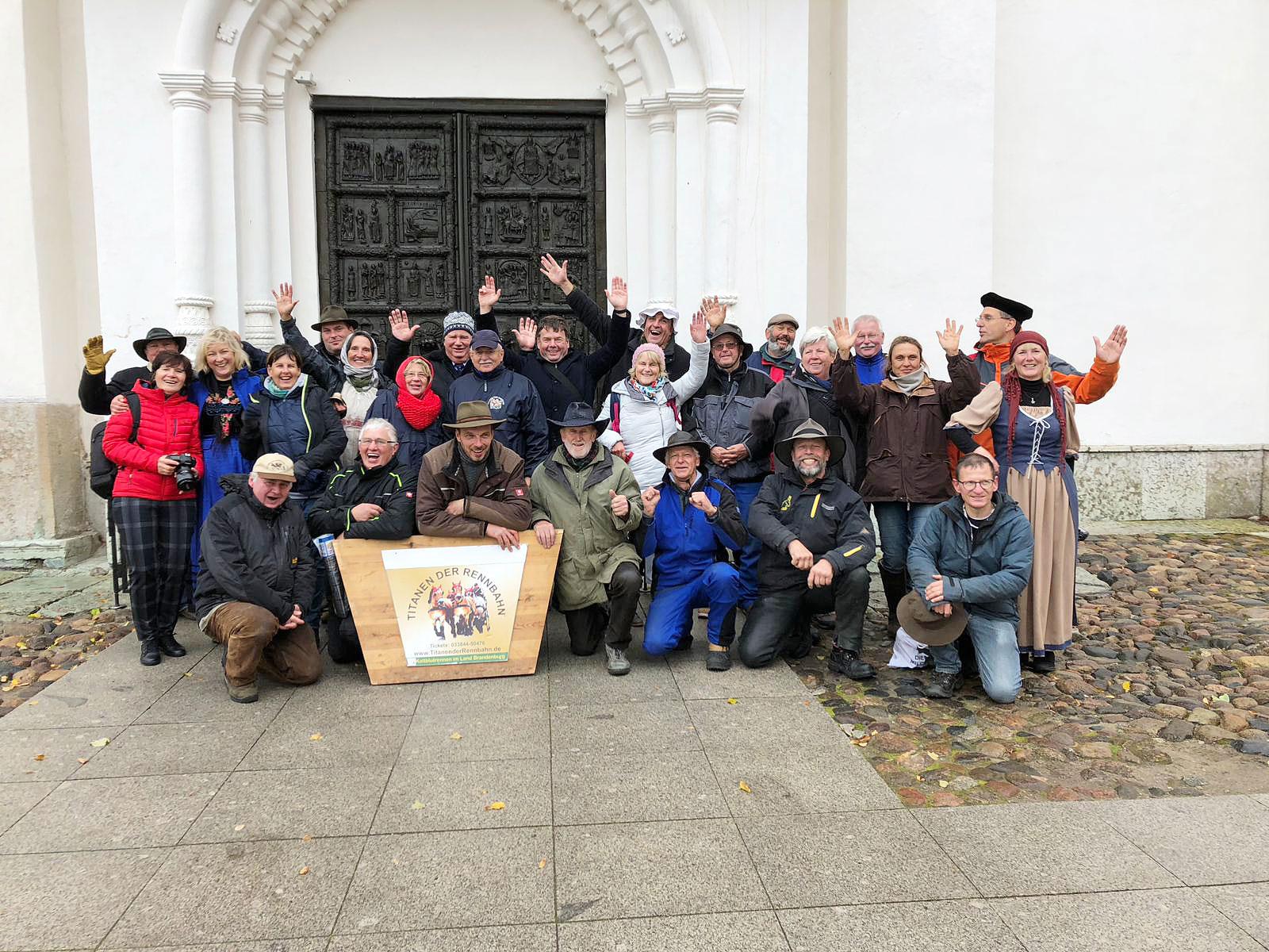 Die Mannschaft vor dem Magdeburger Tor - Titanen on tour in Weliki Nowgorod