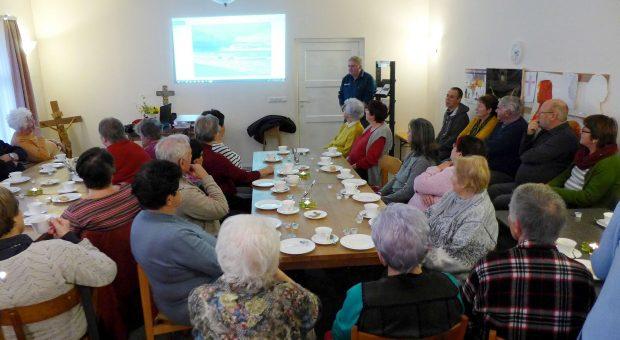 Viele Zuhörer beim Vortrag Titanen on tour - Gemeindenachmittag