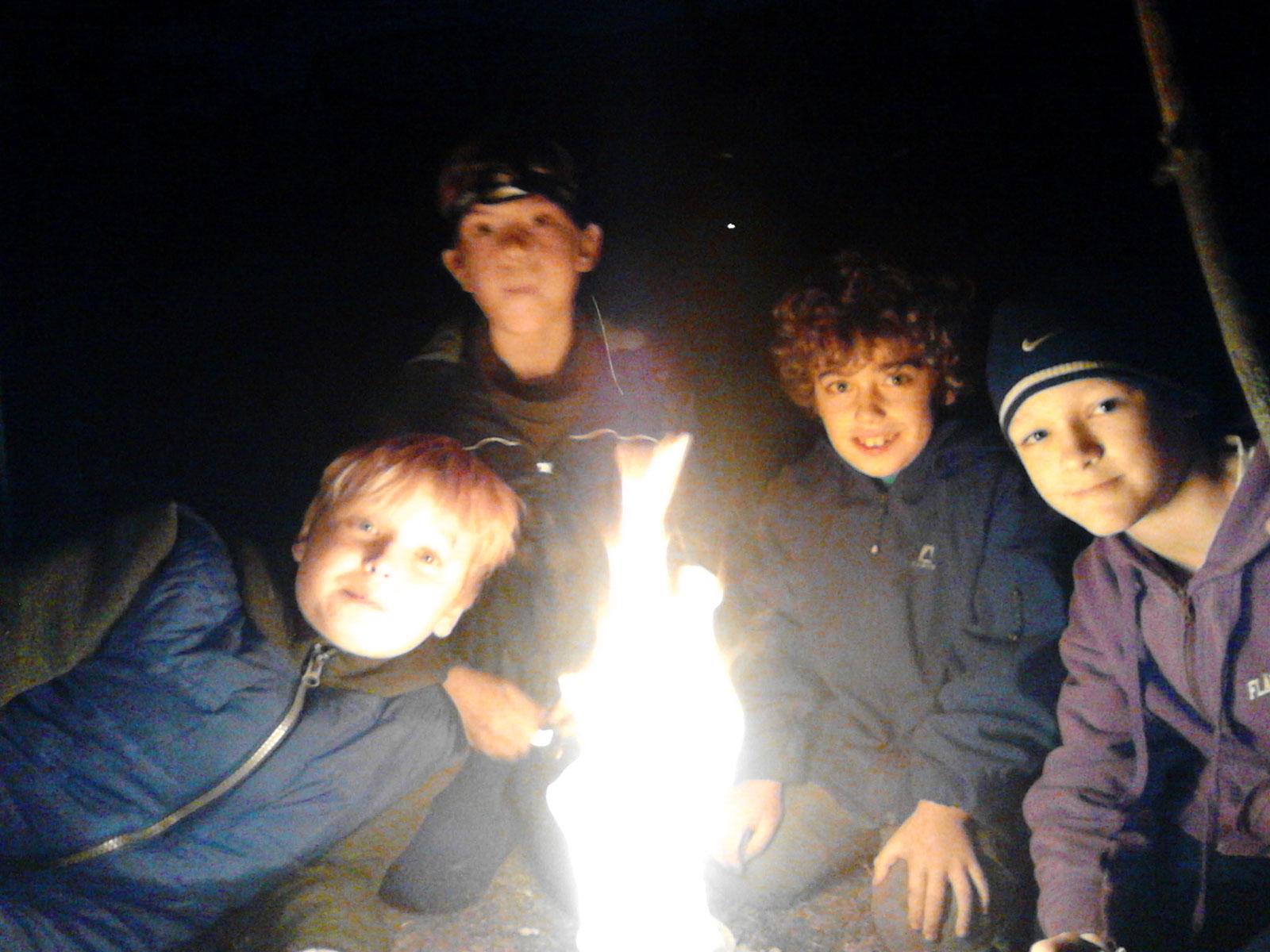 Gemeinschaft am Feuer - Baooms, die Pfadfinder von Brück
