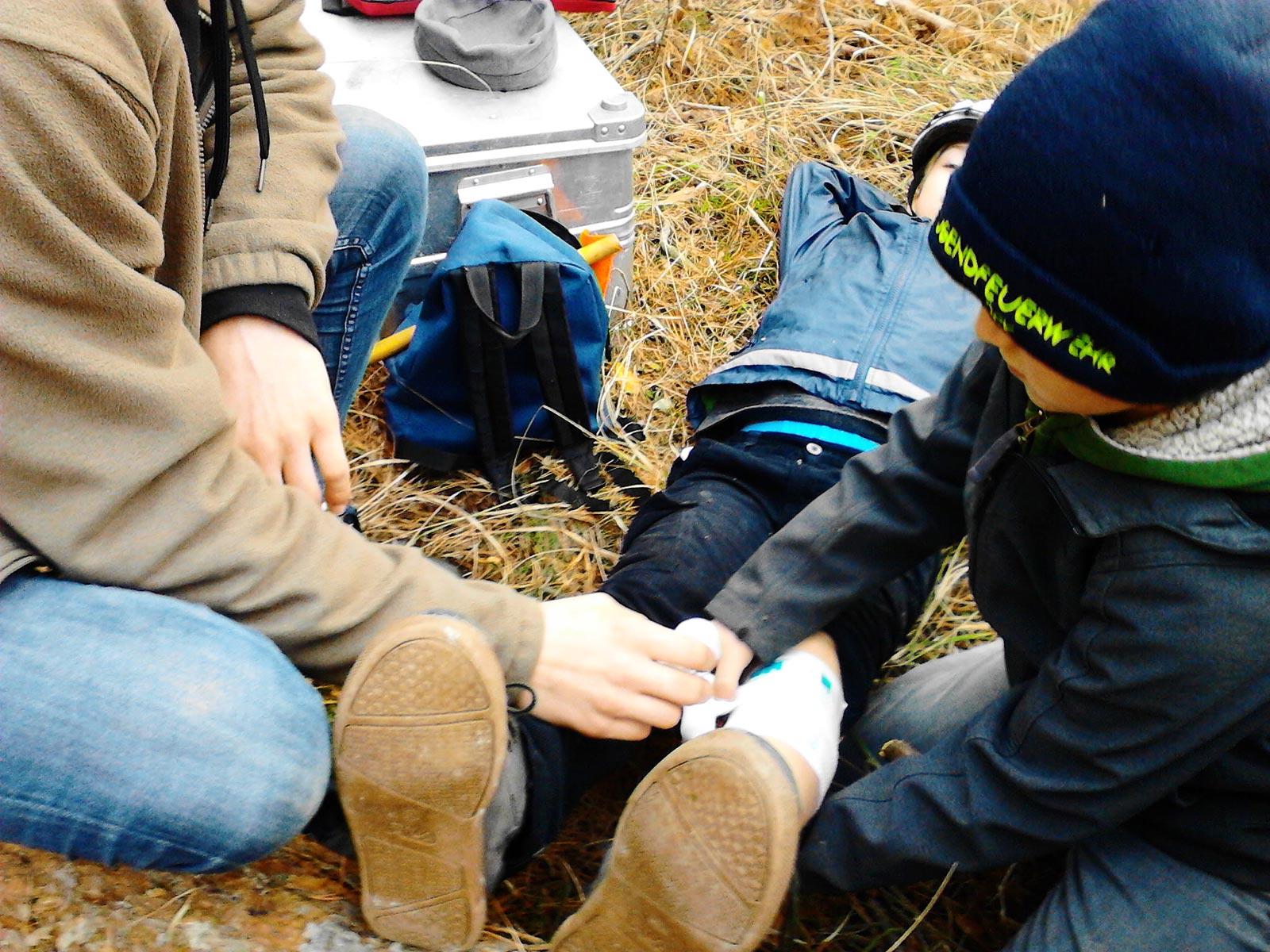Erste Hilfe im Wald: Kinder verartzten sich gegenseitig - Baooms, die Pfadfinder von Brück