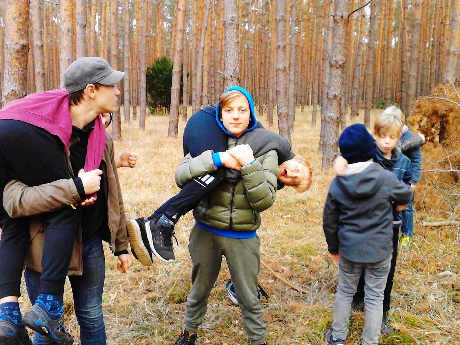 Erste Hilfe im Wald: Tragegriffe um Menschen zu bergen- Baooms, die Pfadfinder von Brück